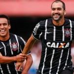 Danilo (d) e Jadson (e) comemoram gol do Corinthians contra o São Paulo pelo Campeonato Paulista 2015. Foto: Ale F